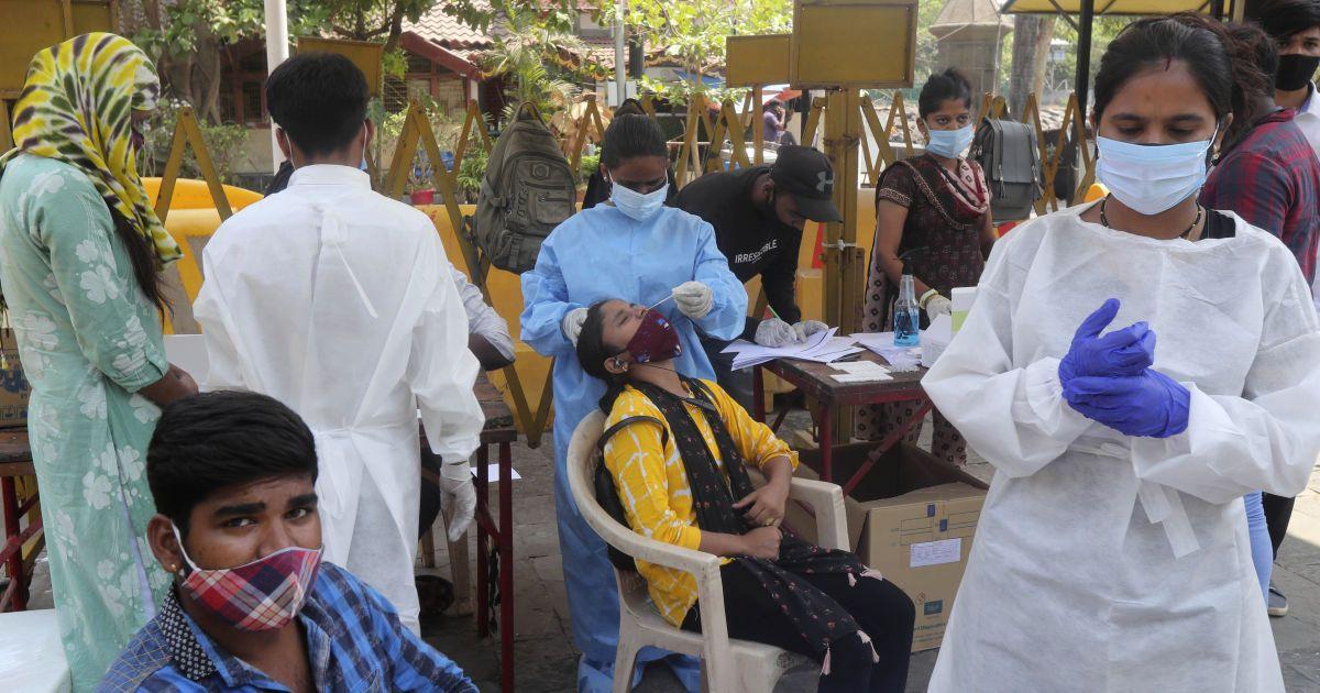 В Індії закінчилась вакцина від коронавірусу, а кількість інфікувань зростає щоденно на 200 тисяч