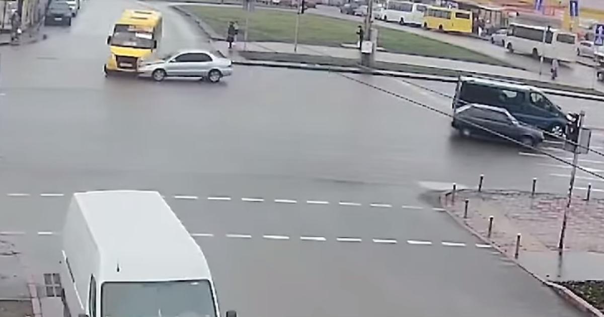 У Києві жінка на Mitsubishi влетіла у маршрутку (відео)