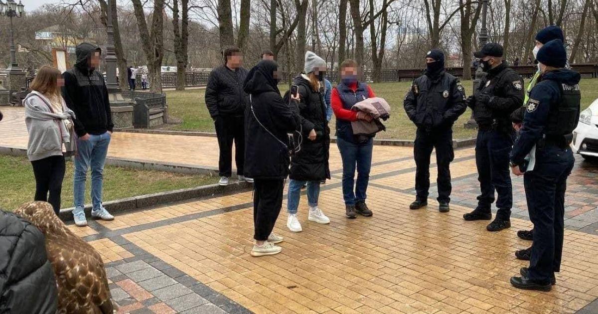Жорстоке поводження з тваринами: у Києві зоозахисники і поліція забрали у фотографів птахів