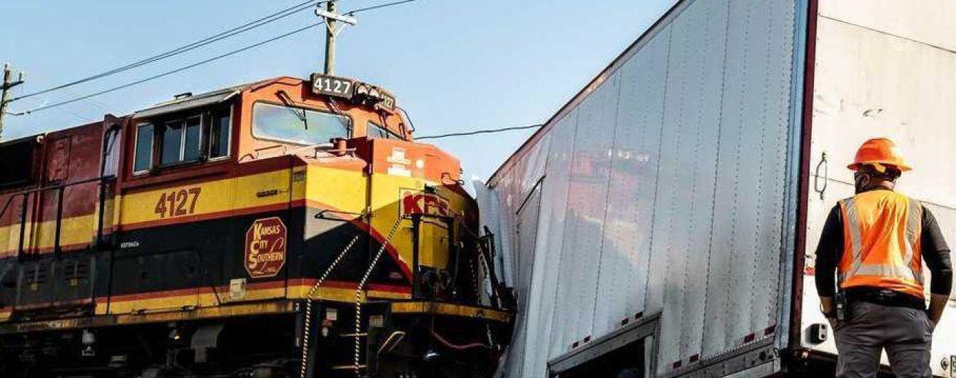 В США поезд протаранил грузовик с Ferrari и Porsche: видео