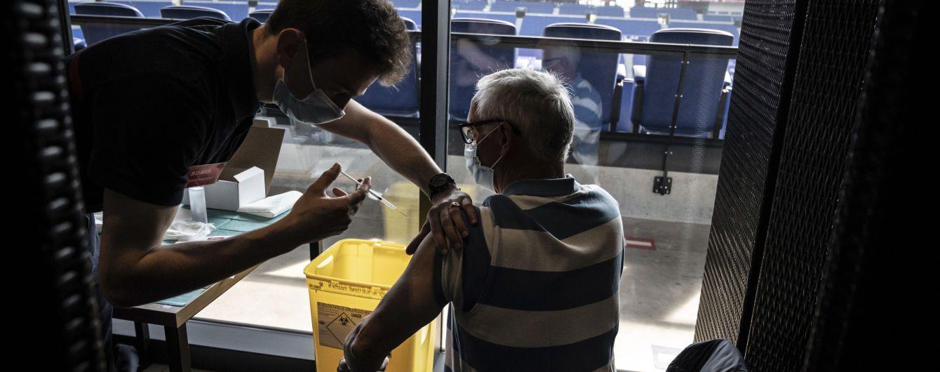 Во Франции вакцинацию начали проводить на самом большом стадионе