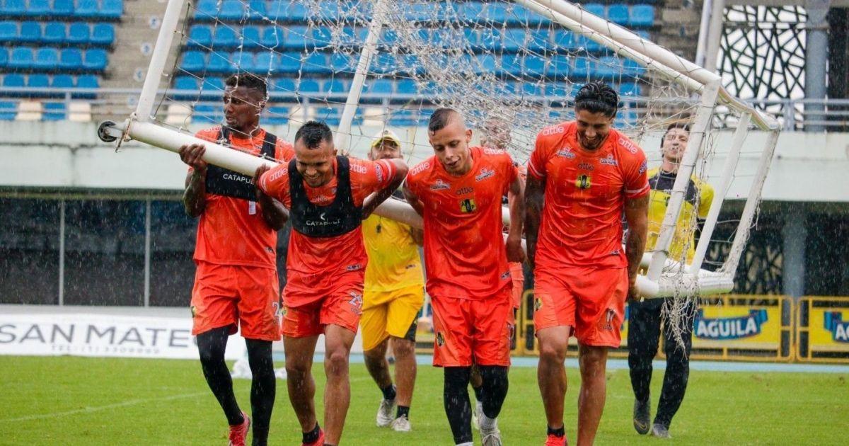 """Колумбийский """"привоз"""": вратарь пропустил один из самых смешных голов в истории футбола (видео)"""