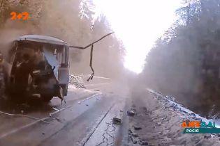 У Росії водій автобуса заснув на дорозі, зачепив кучугури на узбіччі та потрапив в аварію