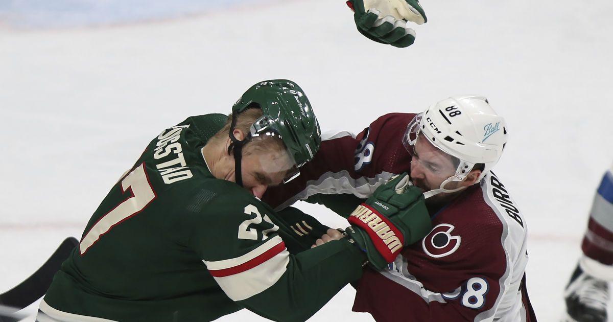 Оце так дебют: канадець у своєму першому матчі в НХЛ жорстко побив здорованя-суперника (відео)