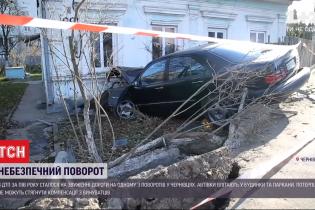 Зносять огорожі і таранять будинки: мешканці однієї з вулиць Чернівцівпотерпають від регулярних ДТП