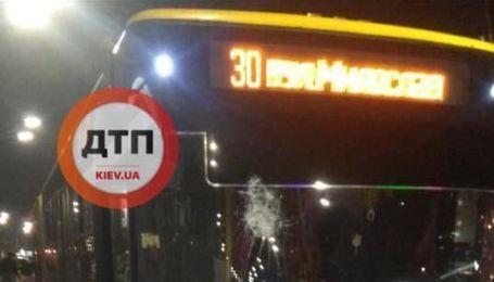 """""""Образились, що не хочуть везти"""": у Києві камінням розбили лобове скло тролейбуса"""