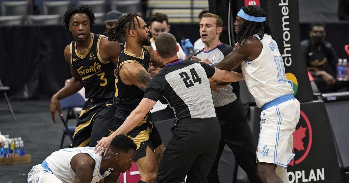 Це точно баскетбол? Гравці влаштували бійцівські розбірки на паркеті під час матчу НБА (відео)