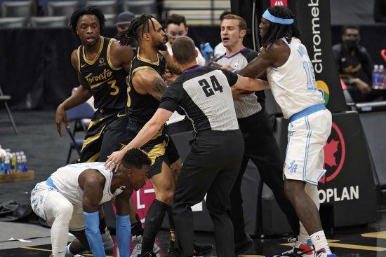 Это точно баскетбол? Игроки устроили бойцовские разборки на паркете во время матча НБА (видео)