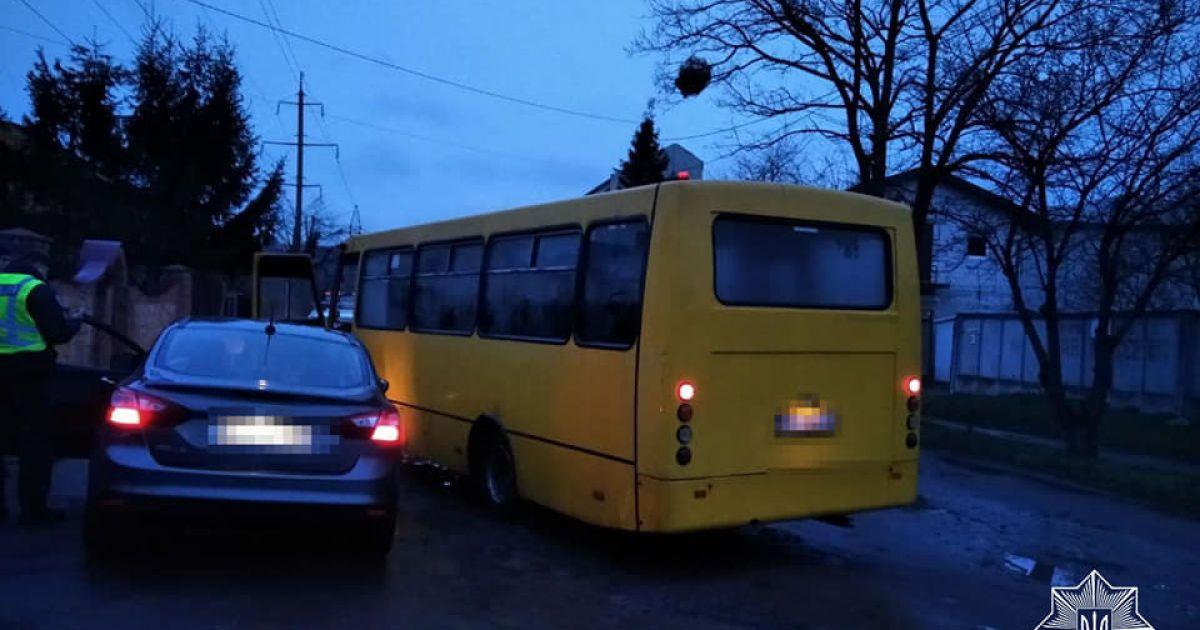 Заблокував і чекав на поліцію: у Львові маршрутник допоміг затримати нетверезого водія без посвідчення