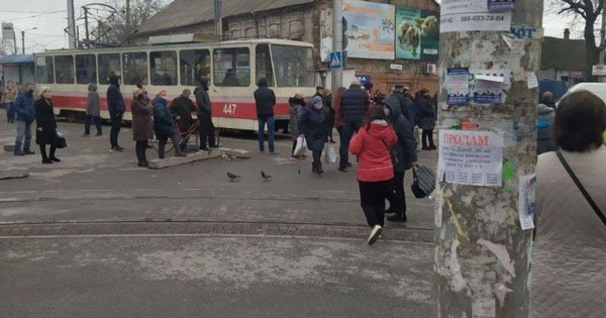 В Запорожье блокирование движения трамваев предпринимателями переросло в столкновения с полицией