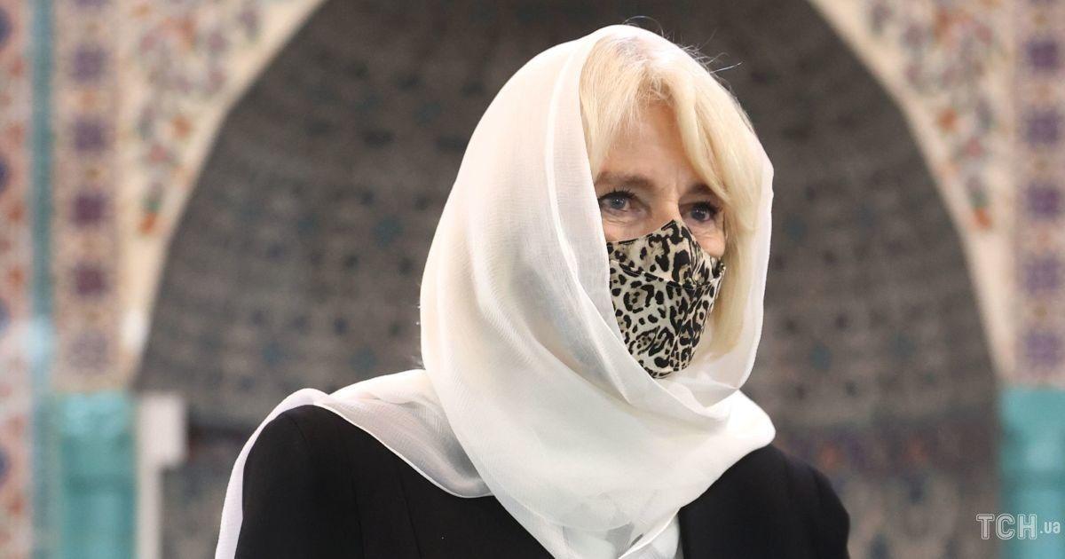 В леопардовой маске и меховых тапочках: герцогиня Корнуольская появилась на публике