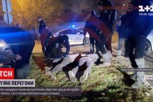 Новини України: у Дніпрі молодики втікали від патрульних, але їх авто зупинив паркан