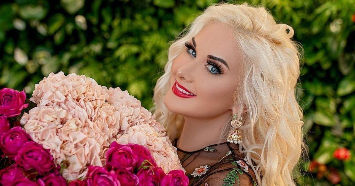 У квітковій сукні і з величезним букетом: Катерина Бужинська знялася у весняній фотосесії