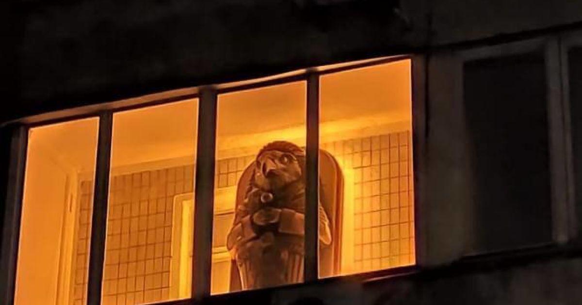 """Киевляне заметили на балконе """"саркофаг со скульптурой древнеегипетского бога"""" (фотофакт)"""