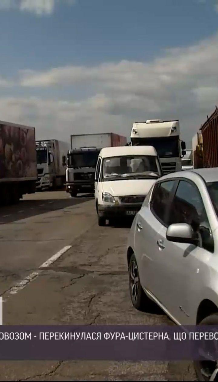 Новости Украины: на окраине Киева перевернулась фура