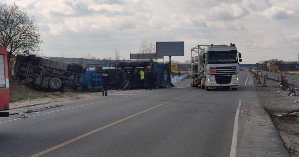 Автоцистерна перевернулась под Киевом, потому что водитель потерял сознание за рулем
