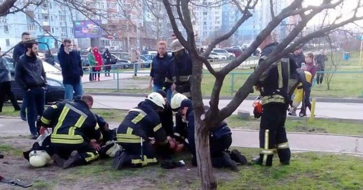 Знайшли на пожежі без ознак життя: в Києві врятували двох маленьких дітей (відео)