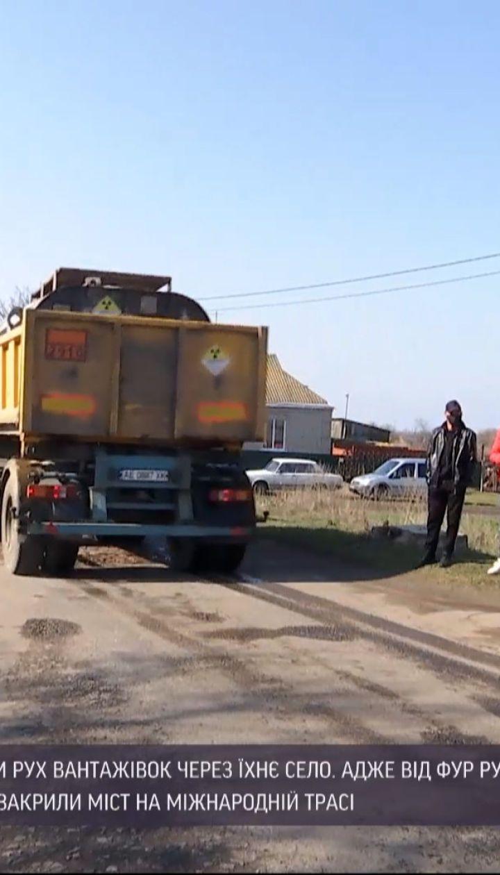 Новини України: жителі Кіровоградської області бунтують проти вантажівок, що руйнують їм дорогу
