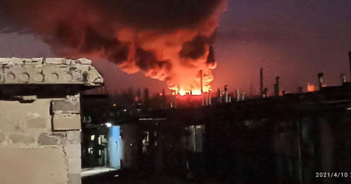 У Донецьку палає покрівля м'ясокомбінату: місто затягнуло чорним димом (фото, відео)