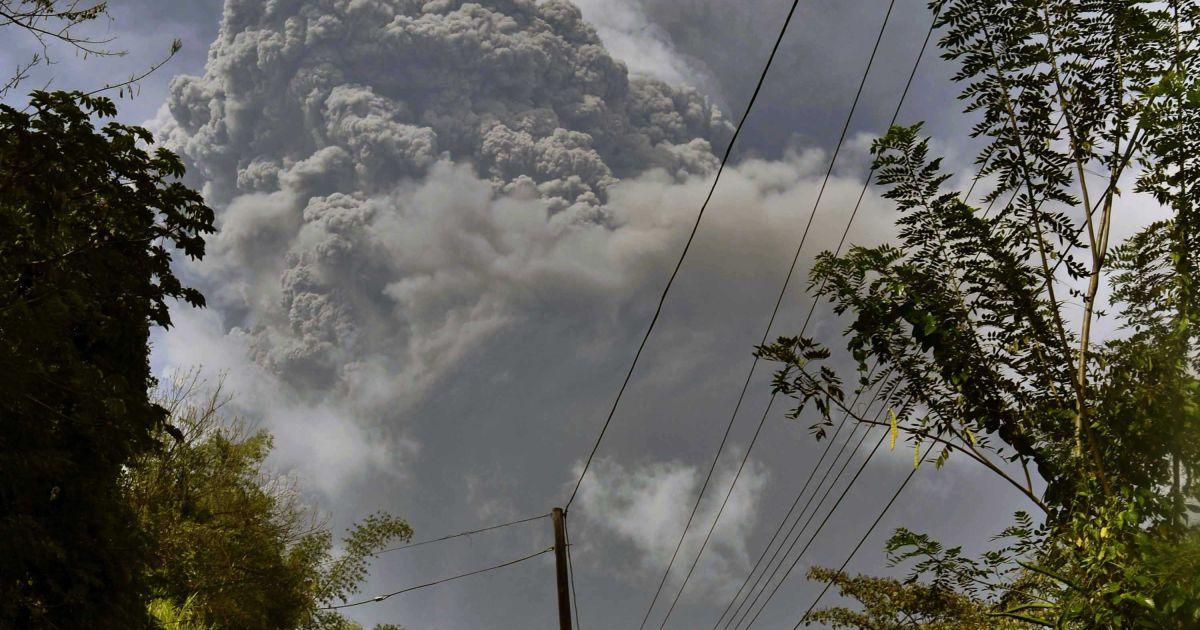 На Карибах из-за извержения вулкана срочно эвакуировали 16 тысяч человек остров окутан густым дымом