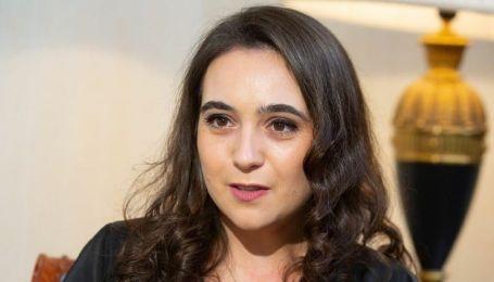 В черной блузке и брюках-палаццо: пресс-секретарь Зеленского в стильном луке позировала на фоне Босфора