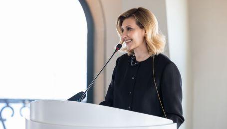 У штанях-палацо та з новою зачіскою: стильний аутфіт Олени Зеленської