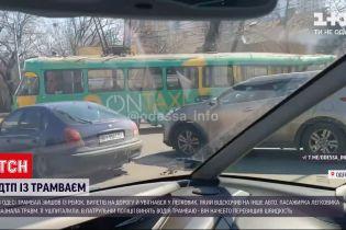 Новини України: в Одесі трамвай зійшов із рейок, вилетів на дорогу й увігнався у легковик