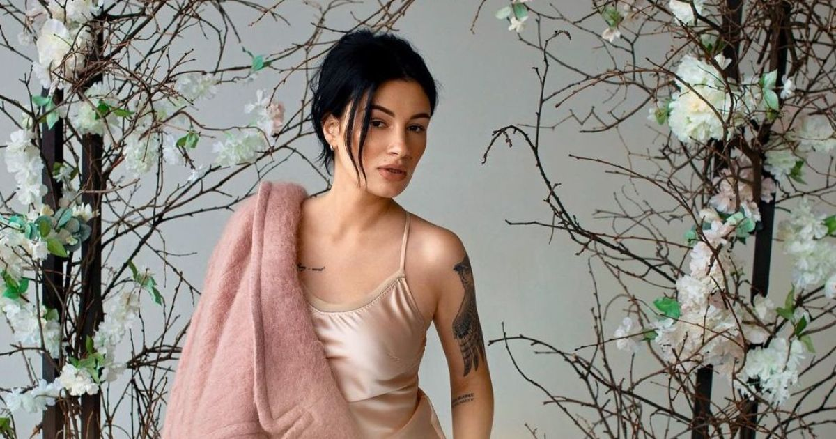 Анастасія Приходько у піджаку на голе тіло оголосила про повернення у шоубізнес