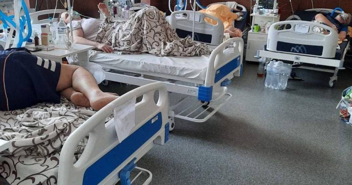 Ліжка у коридорах і вщент заповнені реанімації: як лікують хворих на коронавірус у обласній лікарні Харкова
