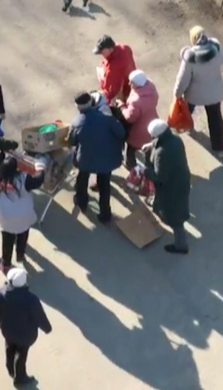 У РФ пенсіонери влаштували штовханину за протерміновану їжу біля смітника