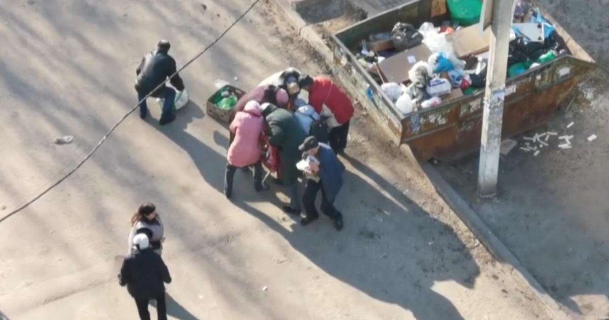 Штовхалися і ховали їжу в пакети: у РФ біля смітника пенсіонери ледь не побилися за протерміновані продукти