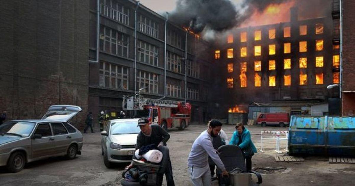 У Петербурзі спалахнула велика пожежа: залучили 112 рятувальників, є постраждалі та загиблий (фото, відео)