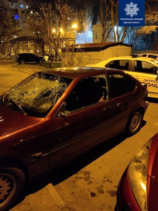 Разбил кулаками машину любимой: в Одессе задержали дебошира