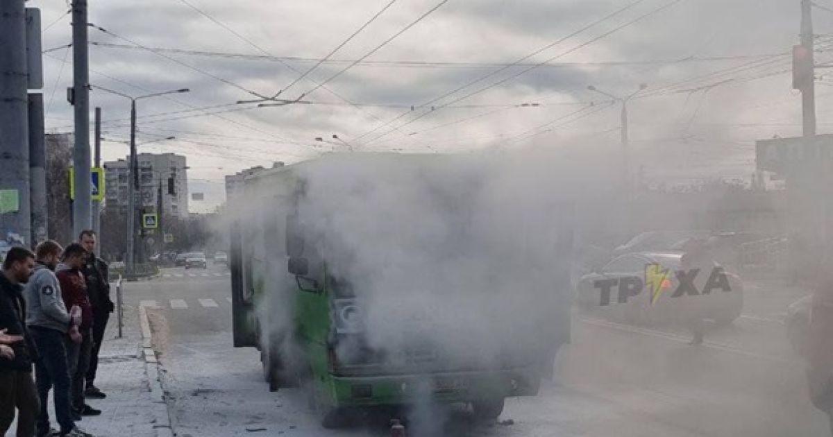 У Харкові загорілася маршрутка з пасажирами: чи встигли загасити автобус