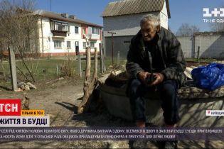 Новини України: у селі поблизу Києва дідусь оселився в залізній халабуді, бо жінка вигнала з дому