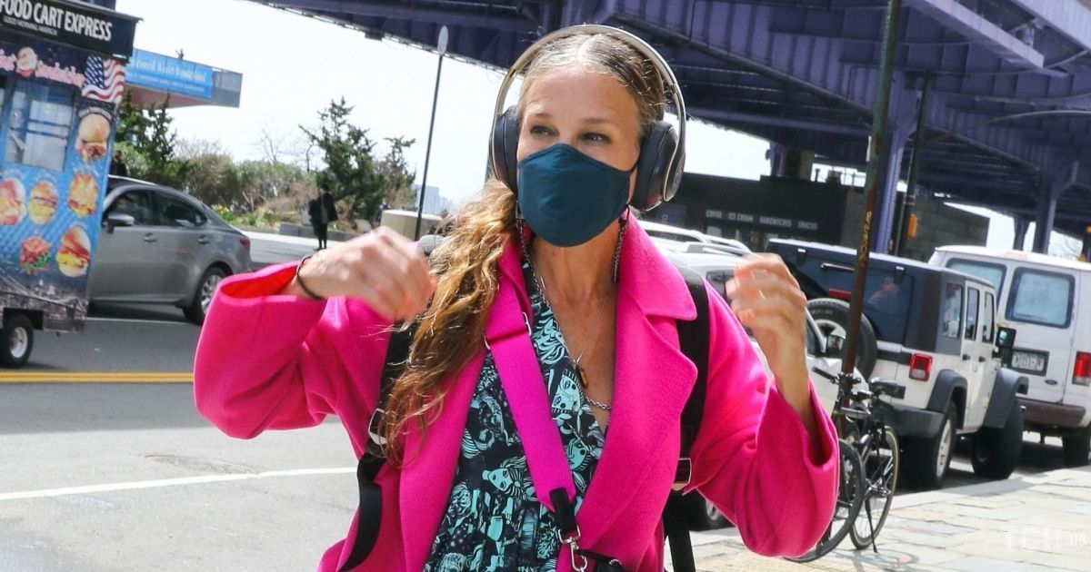 В розовом пальто и платье с головами: Сара Джессика Паркер по дороге на работу