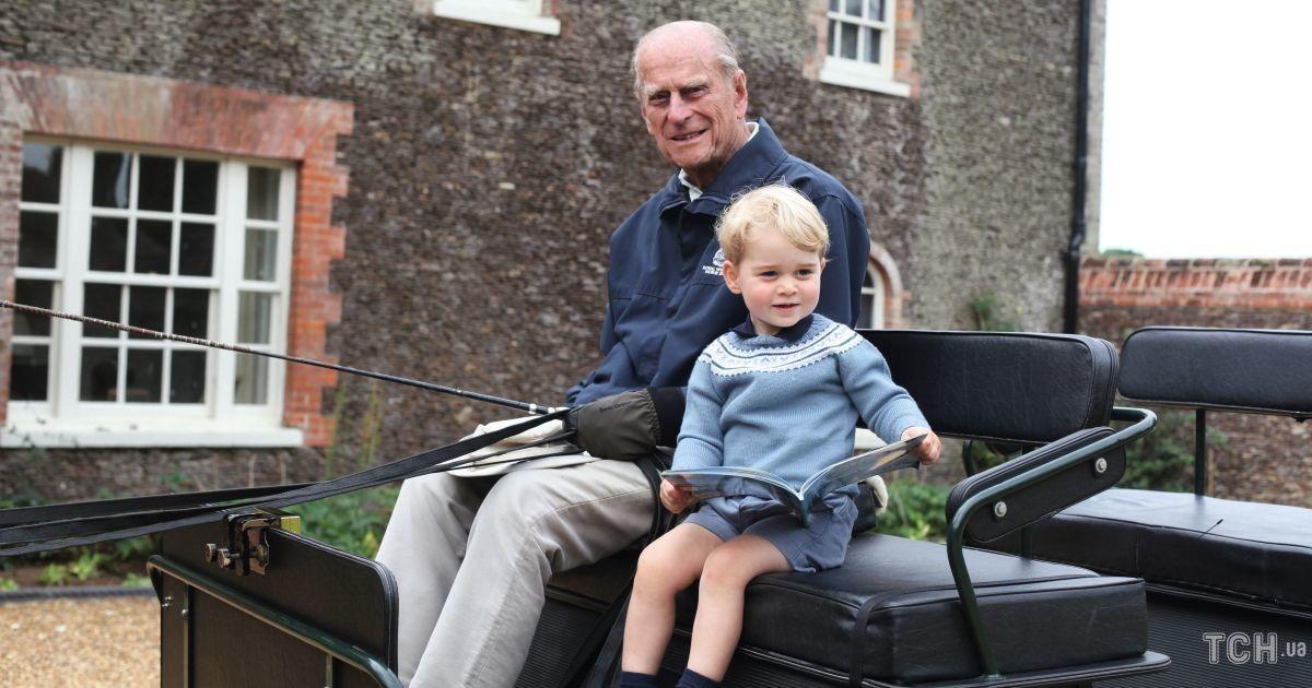 Кейт и Уильям поделились не опубликованным ранее снимком принца Джорджа с прадедом принцем Филиппом