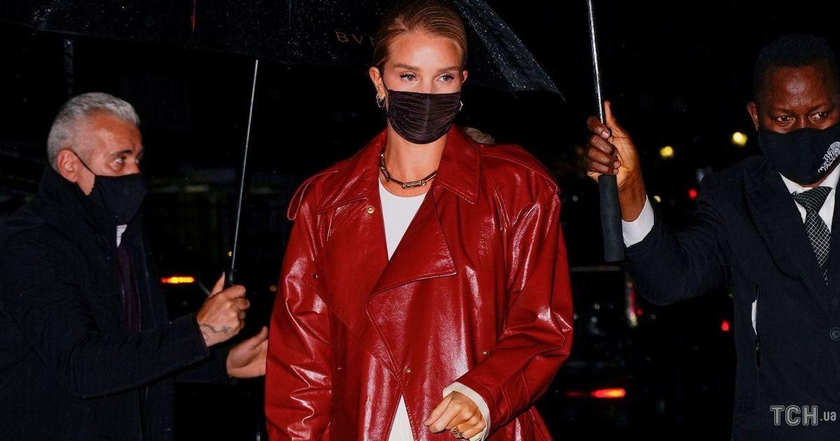 У червоному шкіряному плащі і босоніжках: Розі Гантінгтон-Вайтлі сходила до ресторану