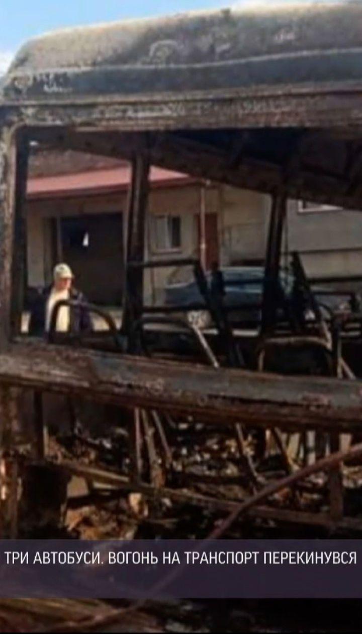 Новини України: у Львівській області невідомі підпалили траву, а згоріли три приватні автобуси