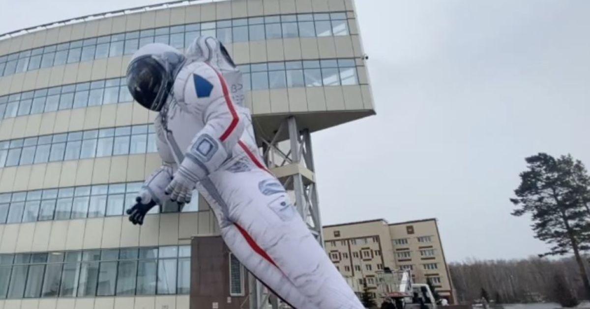 Не витримав й одного дня: у російському Красноярську святковий надувний космонавт здувся за добу