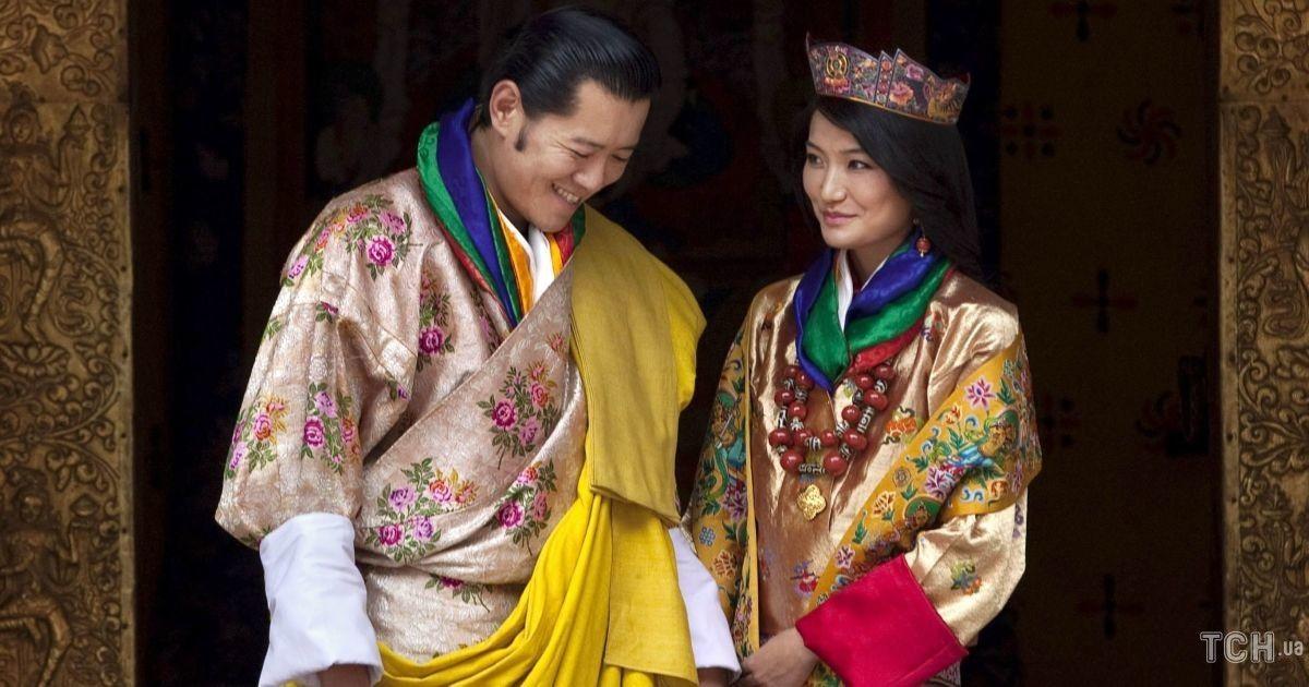 Королевская чета Бутана зажгла 1000 свечей в память о принце Филиппе