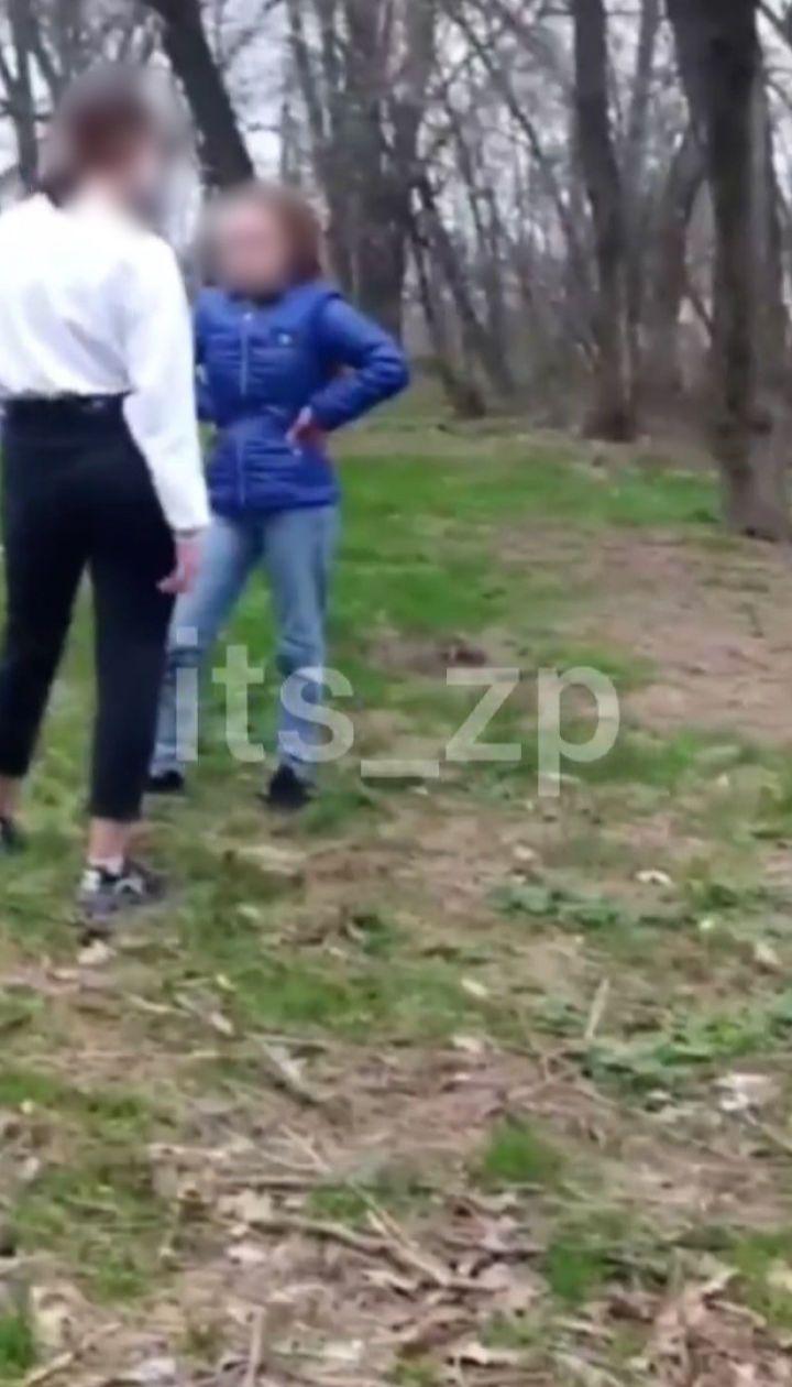 Підліткові розбірки у Запоріжжі: дівчина побила суперницю на камеру