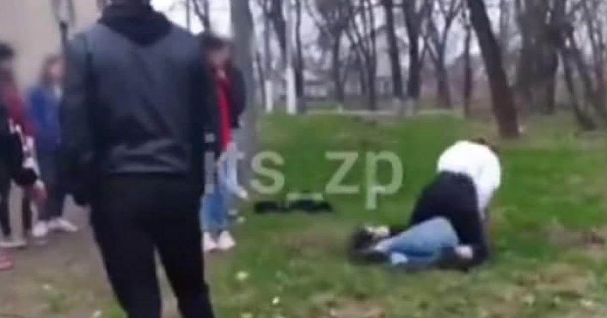 Тягала за волосся, била по голові і товкла обличчям об землю: у Запоріжжі школярки влаштували жорстокі розбірки (відео 18+)
