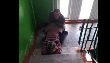 Постійно займаються сексом у під'їзді: сусіди втомилися від оргій у багатоповерхівці на Волині (фото 18+)