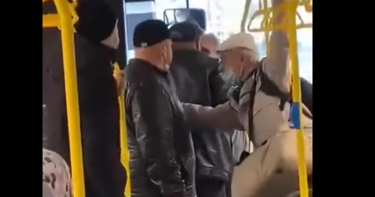 """""""Я приїхав до Росії, мовчи б**"""": в окупованому Криму росіянин накинувся на пенсіонерку, яка нарікала на приїжджих"""