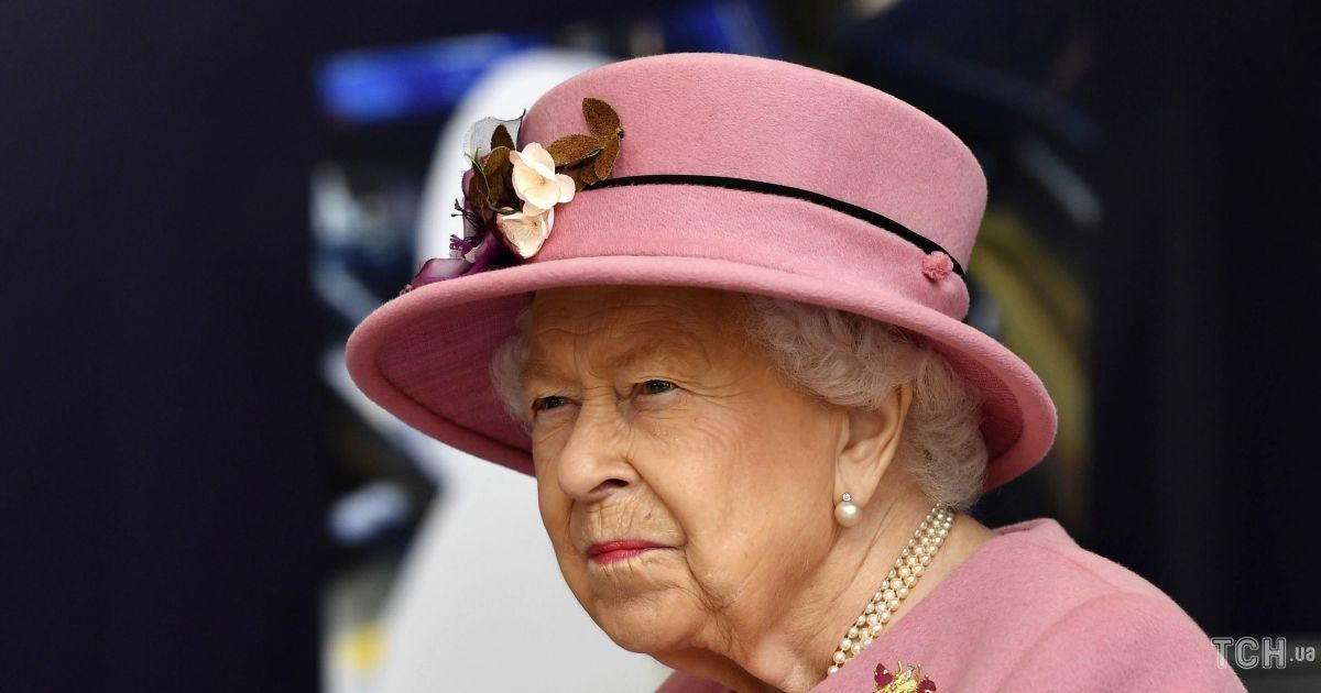 Сама за кермом: Єлизавета II сьогодні вранці вирушила на прогулянку з собаками
