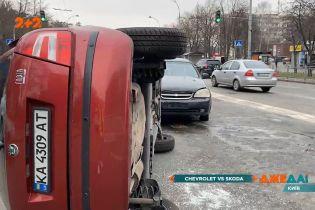 В столице водитель натворил беду: утром в спальном районе произошла авария с опрокидыванием