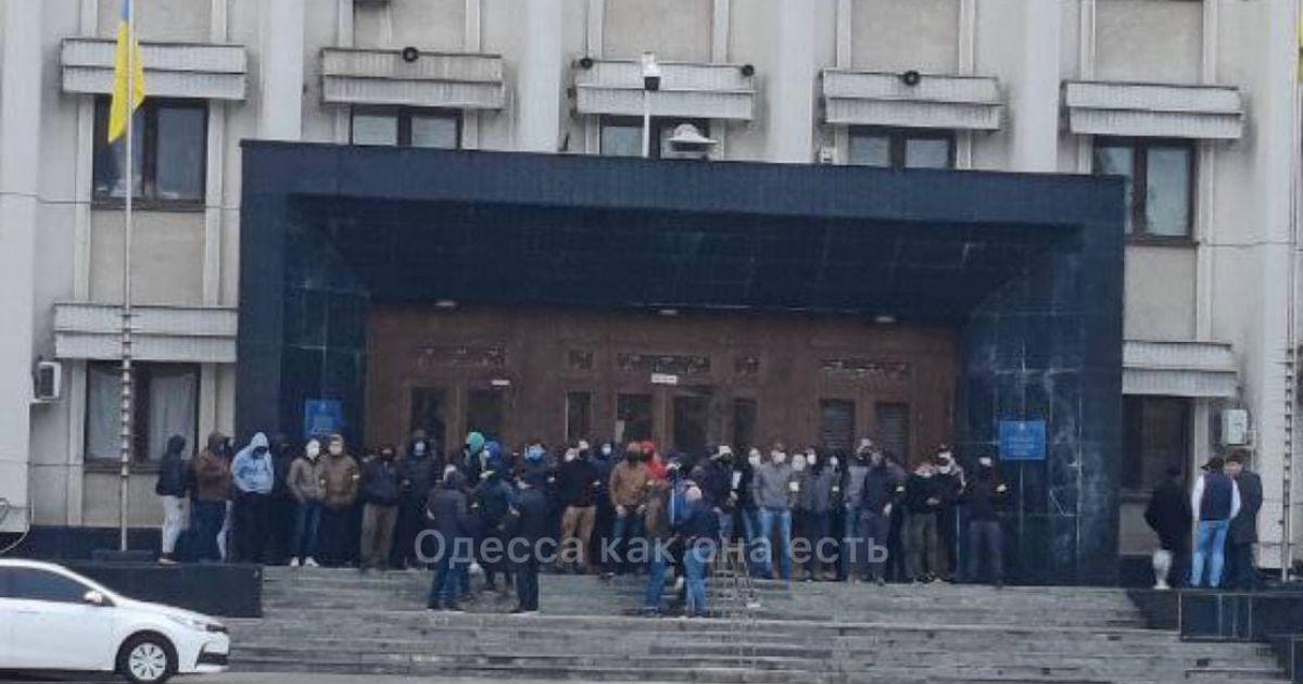 В Одесі невідомі чоловіки в балаклавах перекрили вхід до облдержадміністрації