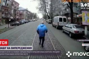 Новости Украины: в Николаеве мужчина не успел на трамвай и решил его обогнать