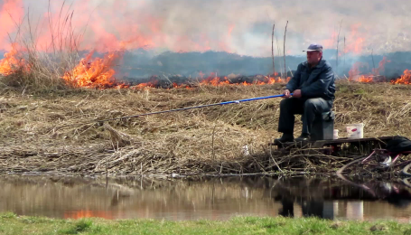 """""""Посеред апокаліпсису"""": у Білорусі чоловік ловив рибу під час пожежі"""